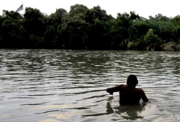** TO GO WITH TERROR CONEXION  ** FILE ** In this June 2, 2007 file photo, an illegal immigrant begins the swim across the Rio Grande River at the U.S. - Mexico border in Nuevo Laredo, Mexico, just across from Laredo, Texas.   Intelligence officials are focusing new attention on these networks that smuggle people from Djibouti, Eritrea, Somalia and Sudan _ known havens for terrorists, including al-Qaida _ according to an internal government assessment obtained by The Associated Press. (AP Photo/LM Otero, File)